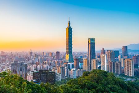 Hermoso paisaje y paisaje urbano del edificio y arquitectura de taipei 101 en el horizonte de la ciudad al atardecer en Taiwán
