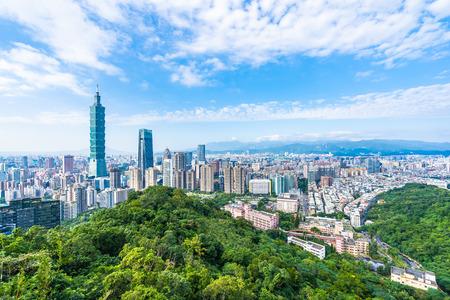 Piękny krajobraz i pejzaż miejski budynku Taipei 101 i architektury na panoramie miasta z bluesky i białą chmurą na Tajwanie