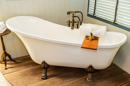 Hermosa decoración de lujo elegante bañera blanca interior de baño para spa relax concepto