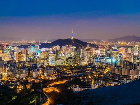 Beau paysage urbain de bâtiment d'architecture avec la tour dans la ville de Séoul Corée du Sud