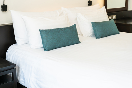 Bella decorazione d'interni camera da letto di lusso e confortevole con lampada bianca coperta cuscino luce della stanza