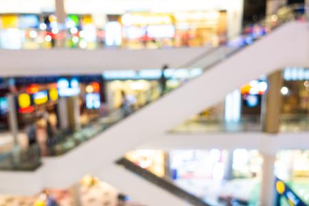 Flou abstrait et centre commercial défocalisé et intérieur de vente au détail du grand magasin pour le fond