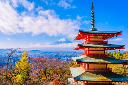 Schöne Landschaft des Bergfuji mit Chureito-Pagode um Ahornblattbaum in der Herbstsaison bei Yamanashi Japan