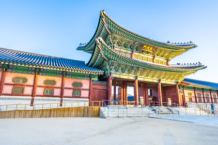 Beautiful architecture building Gyeongbokgung palace in Seoul South Korea Imagens - 120451654