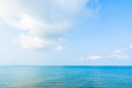 Bellissimo paesaggio dell'oceano marino con nuvole bianche e cielo blu con copia spazio per viaggi di piacere e vacanze Archivio Fotografico