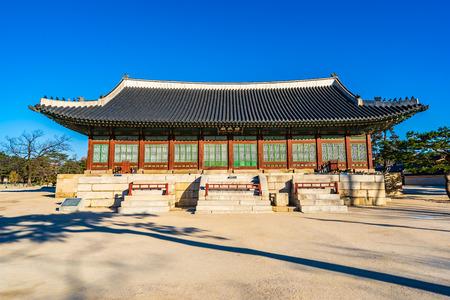 Beautiful architecture building Gyeongbokgung palace in Seoul South Korea Imagens - 120756406