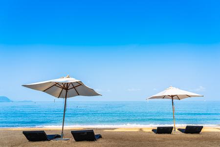 레저 여행 및 휴가 개념을 위한 하늘의 아름다운 해변 바다에서 의자 우산과 라운지