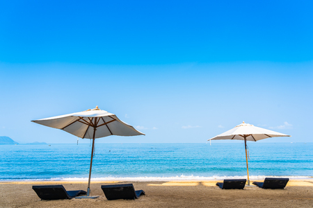 Parasol de chaise et salon sur la belle plage mer océan sur ciel pour les voyages d'agrément et le concept de vacances