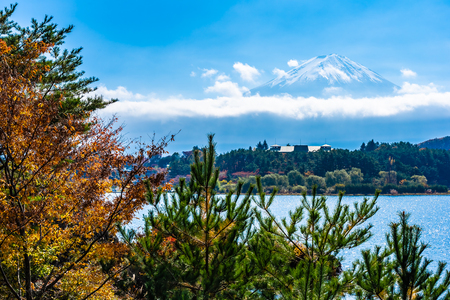Beautiful landscape of mountain fuji with maple leaf tree around lake in autumn season Imagens