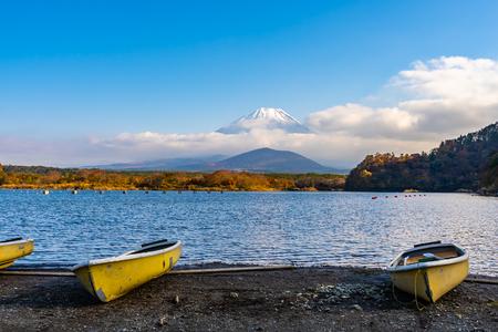 Beautiful landscape of mountain fuji with boat and maple leaf tree around lake in autumn season Yamanashi Japan Imagens