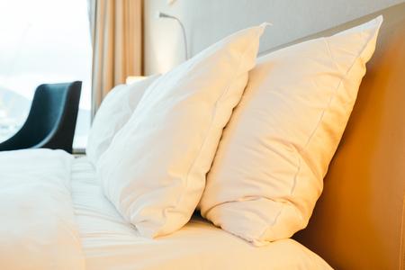 Almohada blanca en la decoración de la cama en el interior de la habitación del hotel Foto de archivo