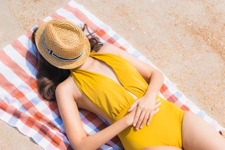 Portrait schöne junge asiatische Frau lächelt glücklich und Freizeit am Strand und Meer für Urlaubsreisekonzept travel