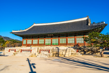 Beautiful architecture building Gyeongbokgung palace in Seoul South Korea Imagens - 121522077
