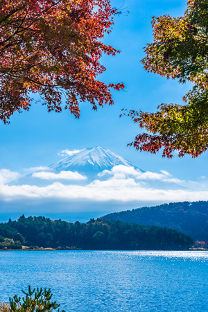 Beautiful landscape of mountain fuji with maple leaf tree around lake in autumn season Standard-Bild - 122017463