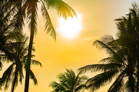 Piękny krajobraz przyrody na świeżym powietrzu z oceanem morskim i palmą kokosową wokół basenu w ośrodku hotelowym w sunrsie lub zachodzie słońca na podróże rekreacyjne i wakacje