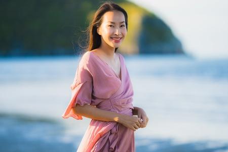 Schöne junge asiatische Frau des Porträts lächelt glücklicher Spaziergang auf dem tropischen Naturstrandmeer im Freien für Freizeiturlaub
