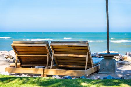 Bellissimo paesaggio naturale all'aperto con sedia a sdraio intorno alla piscina nel resort dell'hotel sullo sfondo del cielo blu per il concetto di viaggio e vacanza Archivio Fotografico