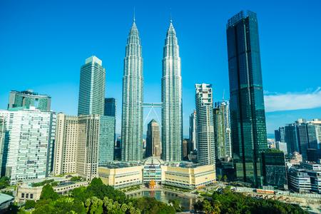 Schöne Architektur, die Außenstadt in Kuala Lumpur Skyline mit weißer Wolke und blauem Himmel errichtet