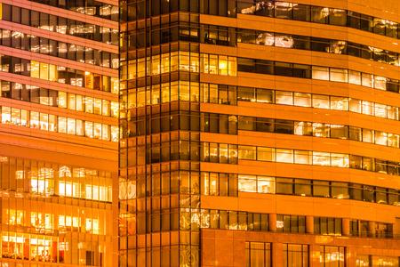 Schönes Außengebäude und Architektur des Gebäudes mit Fenster und Lichtmuster in der Nacht