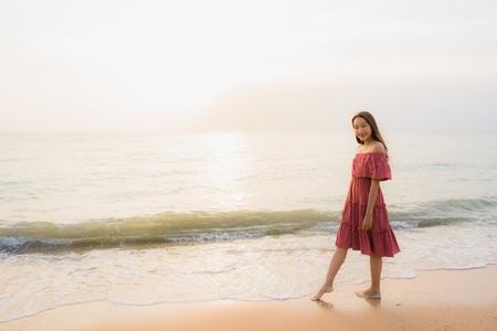 Portrait schöne junge asiatische Frau glückliches Lächeln Freizeit am Strand Meer und Ozean bei Sonnenuntergang oder Sonnenaufgang für Urlaubsreisen Standard-Bild