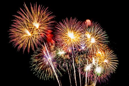 Arrière-plan coloré de feu d'artifice la nuit pour l'anniversaire de célébration