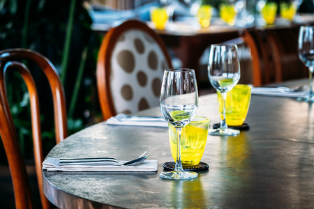 Wine glass with dining set prepare for breakfast lunch or dinner on table in restaurant and cafe 免版税图像 - 124313670