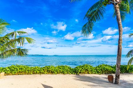 Schöne Landschaft des Strandmeerozeans mit Kokospalme mit weißer Wolke und blauem Himmel für die Freizeit, entspannen Sie sich im Urlaub?