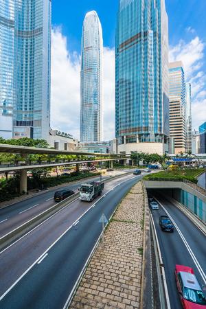 Bello grattacielo esterno dell'edificio per uffici di architettura nella città di hong kong sul fondo del cielo blu