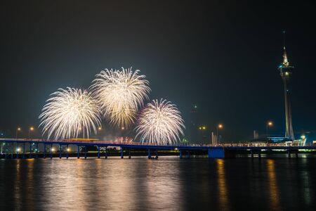 Beau feu d'artifice avec la tour de macao dans la ville la nuit