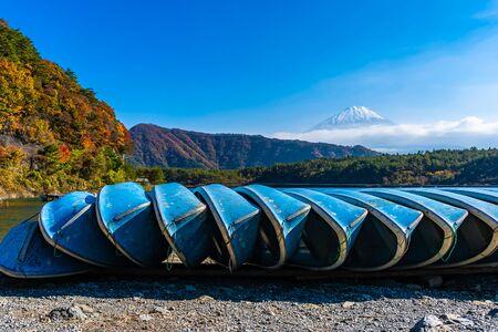 Beautiful landscape of mountain fuji with boat and maple leaf tree around lake in autumn season Yamanashi Japan 스톡 콘텐츠