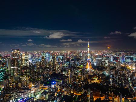 Piękne miasto z architekturą i budynkiem w japonii tokio cityscape w nocy Publikacyjne
