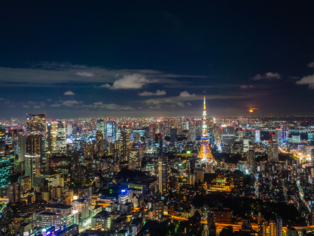 Schöne Stadt mit Architektur und Gebäude im Tokio-Stadtbild Japan bei Nacht Editorial