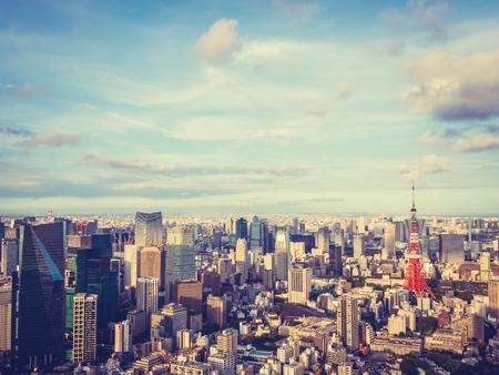 Piękna architektura i budynek wokół miasta tokio z wieżą tokio w japonii z niebieskim niebem i białą chmurą