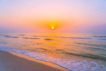 Hermoso paisaje al aire libre, mar, océano y playa al amanecer o al atardecer para viajes de placer y vacaciones