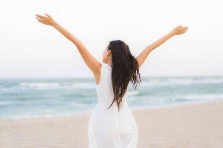 Portret mooie jonge aziatische vrouw gelukkig en glimlach op het strand, zee en oceaan voor reizen en vakantie