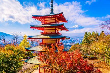 Hermoso paisaje de la montaña fuji con pagoda chureito alrededor del árbol de hoja de arce en la temporada de otoño en Yamanashi, Japón Foto de archivo