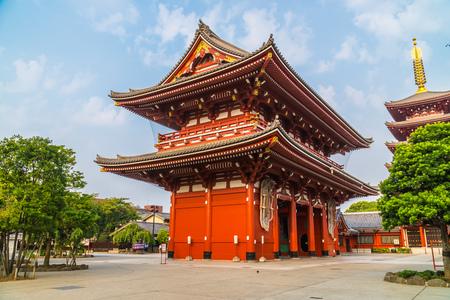 Piękna architektura budynku świątyni sensoji jest znanym miejscem do odwiedzenia w rejonie asakusa tokio w japonii