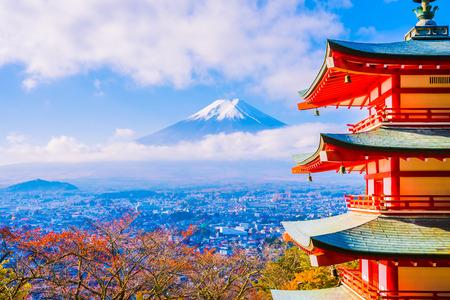 Schöne Landschaft des Bergfuji mit Chureito-Pagode um Ahornblattbaum in der Herbstsaison bei Yamanashi Japan Editorial