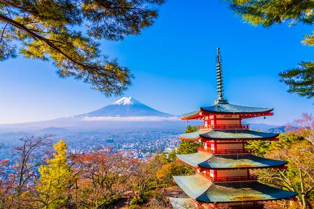 Piękny krajobraz górskiego fuji z pagodą chureito wokół drzewa klonowego w sezonie jesiennym w Yamanashi w Japonii Publikacyjne