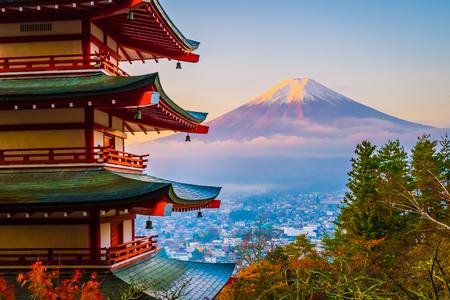 Beau paysage de montagne fuji avec la pagode chureito autour de l'arbre à feuilles d'érable en automne à Yamanashi au Japon Éditoriale