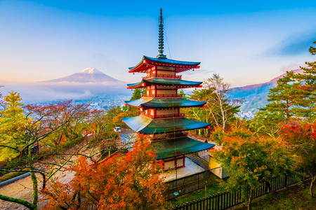 Beautiful landscape of mountain fuji with chureito pagoda around maple leaf tree in autumn season at Yamanashi Japan 新聞圖片