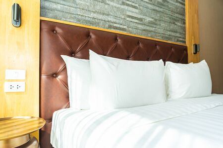 Beautiful comfortable white pillow and blanket on bed decoration in hotel bedroom 免版税图像