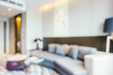 Lámpara de luz de sofá borrosa abstracta y almohada en el interior de la sala de estar