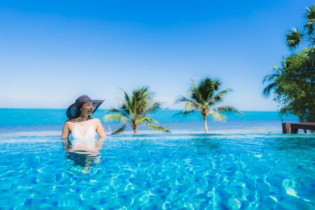 Portret mooie jonge aziatische vrouw ontspannen in luxe buitenzwembad in hotel resort bijna strand zee oceaan voor vakantie vakantie concept Stockfoto