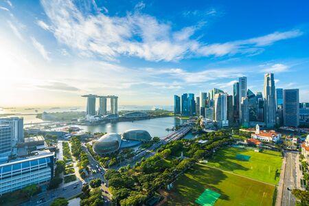 Schöne Architektur, die äußeres Stadtbild in Singapur-Stadtskyline mit weißer Wolke auf blauem Himmel errichtet Standard-Bild