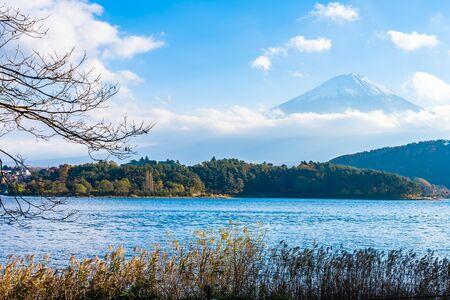 Beautiful landscape of mountain fuji with maple leaf tree around lake in Yamanashi Japan Standard-Bild - 127843174