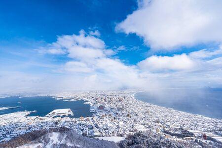 Piękny krajobraz i pejzaż z Mountain Hakodate, aby rozejrzeć się po budynku i architekturze panoramy miasta z błękitnym niebem, białą chmurą