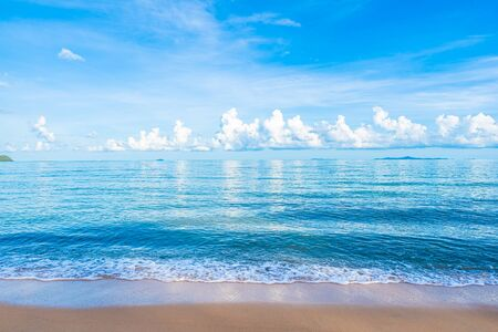 Hermosa playa tropical mar océano con cielo azul de nubes blancas y copyspace para viajes de placer en concepto de vacaciones de vacaciones