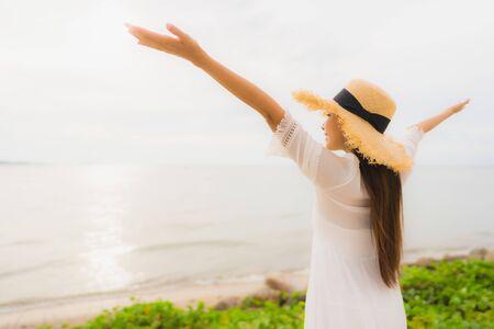 Porträt schöne asiatische frau trägt hut mit lächeln glückliche freizeit am strand und meer im urlaubsurlaub