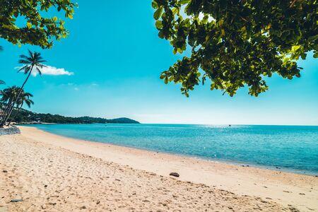 Belle plage tropicale et mer avec chaise sur ciel bleu pour les voyages et les vacances